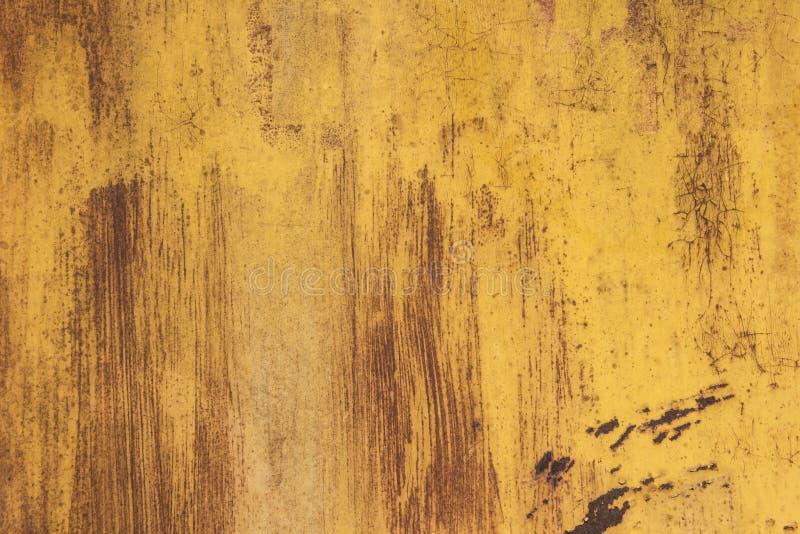 Roestig ijzer als achtergrond met resten van gekleurde verf Oranje Achtergrond royalty-vrije stock afbeelding