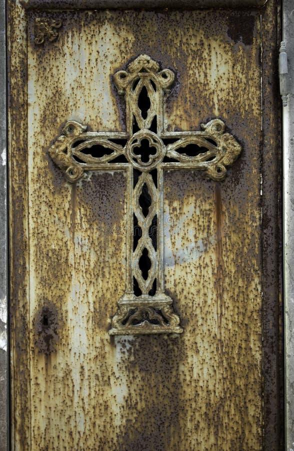 Roestig kruis in een begraafplaats stock afbeeldingen