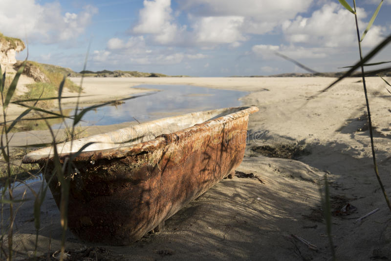 Roestig oud bad op strand royalty-vrije stock foto's