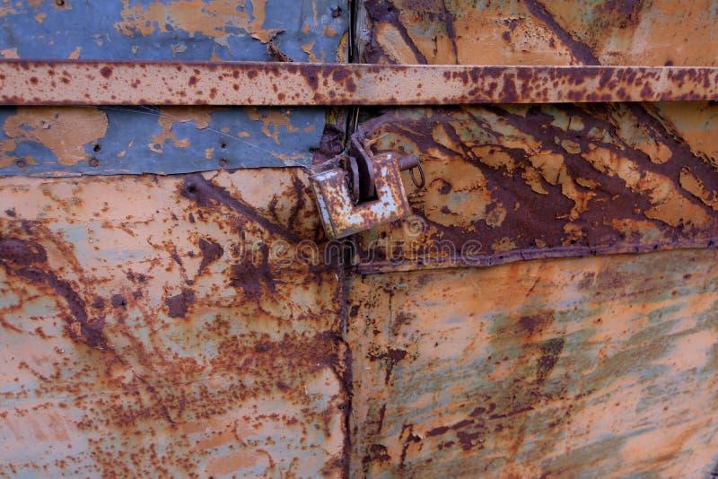 Roestig, oud slot op de poorten stock foto