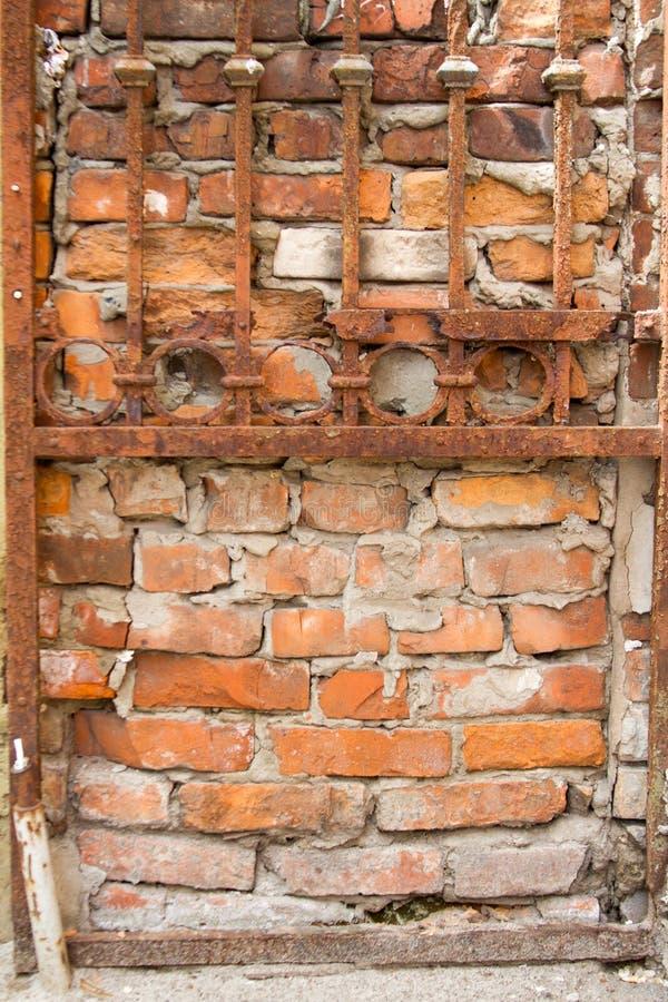Roestig rooster op de achtergrond van een oude rode bakstenen muur, achtergrond of concept royalty-vrije stock afbeeldingen