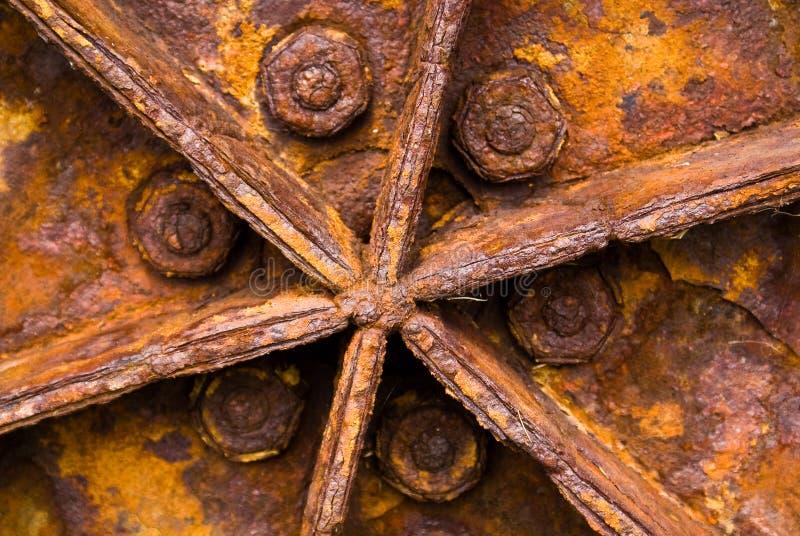 Roestig tractorwiel stock afbeelding