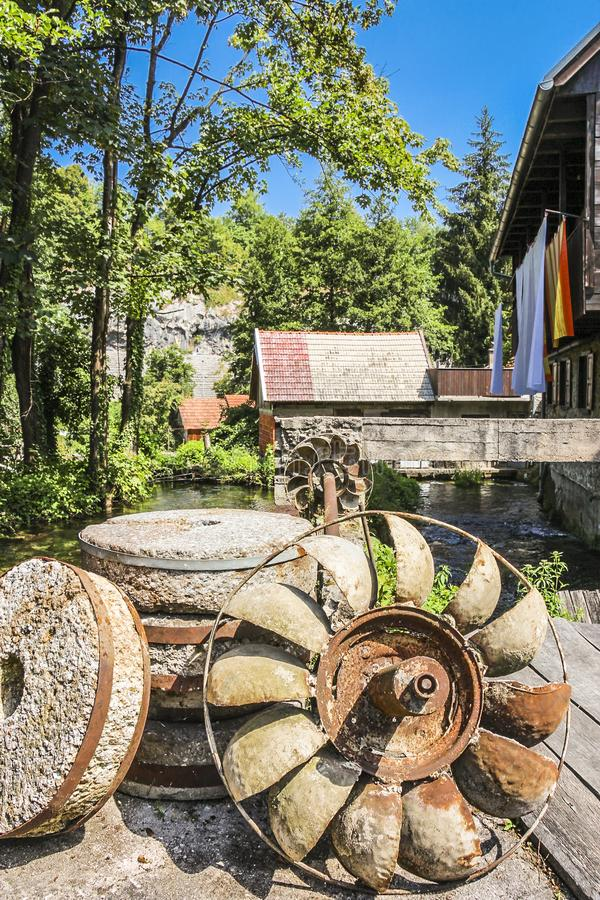 Roestig waterwiel bij een watermill stock afbeeldingen