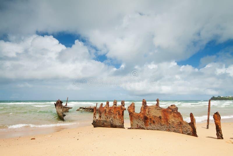 Roestig wrak op Australisch strand tijdens de dag royalty-vrije stock foto