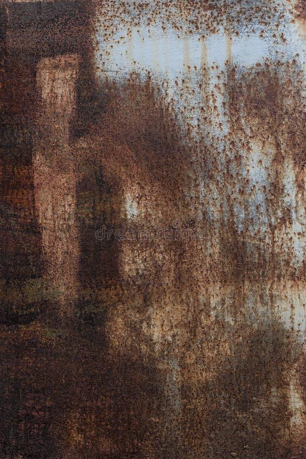 Roestige achtergrond Oud roestig metaalblad Rode geroeste muur van de garage Bruine grungetextuur De inschrijving is zichtbaar royalty-vrije stock foto