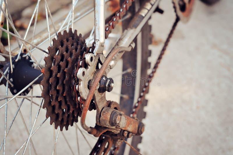 Roestige achtertand van fiets stock foto's