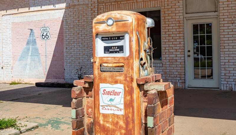 Roestige benzinepomp in een verlaten brandstofpost, zonnige de lentedag De V.S. royalty-vrije stock fotografie