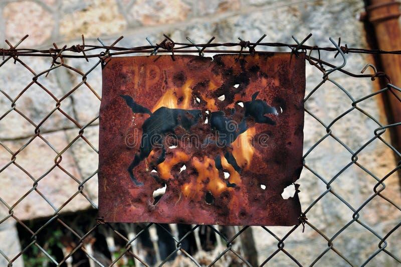 Roestige beware van het hondteken stock afbeeldingen
