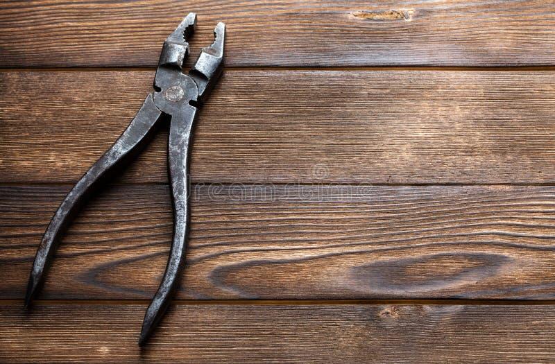 Roestige buigtang op houten achtergrond stock afbeelding