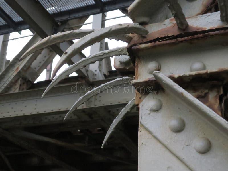 Roestige delen van een oude spoorweg brdige in het centrum van Amsterdam stock foto