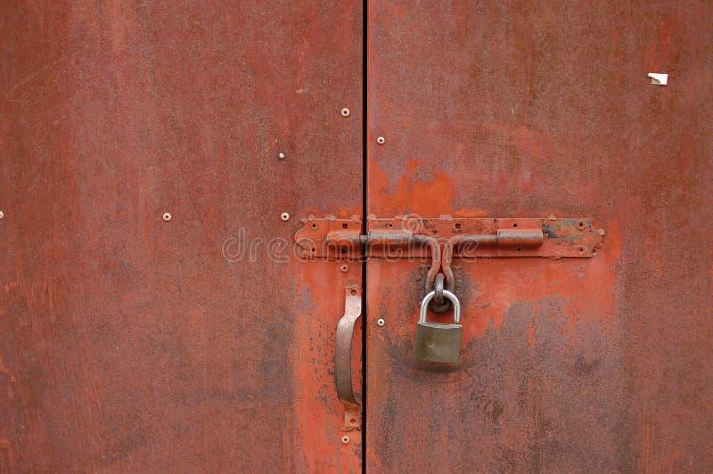 Roestige deur met hangslot royalty-vrije stock afbeelding