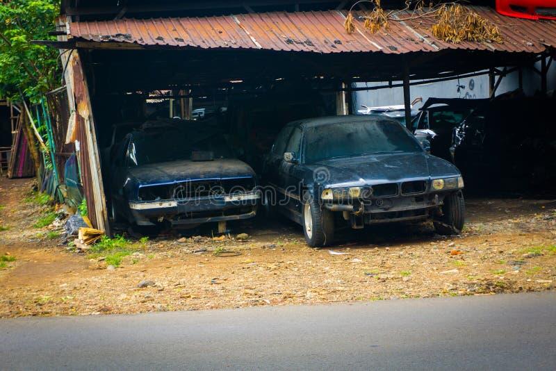 Roestige die auto's in een garage van de foto worden geparkeerd van de autoreparatiewerkplaats in Depok Indonesië wordt genomen royalty-vrije stock foto