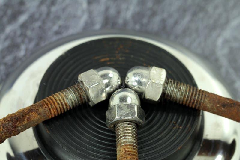Roestige die schroeven met hoedennoot van chroom wordt gemaakt stock afbeelding