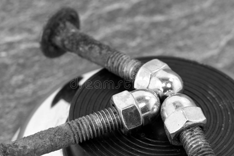 Roestige die schroeven met hoedennoot van chroom wordt gemaakt royalty-vrije stock foto