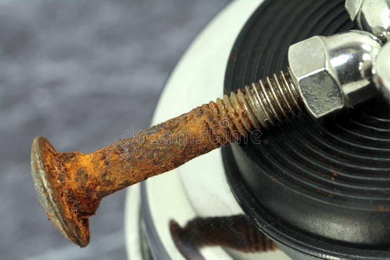 Roestige die schroeven met hoedennoot van chroom wordt gemaakt stock afbeeldingen