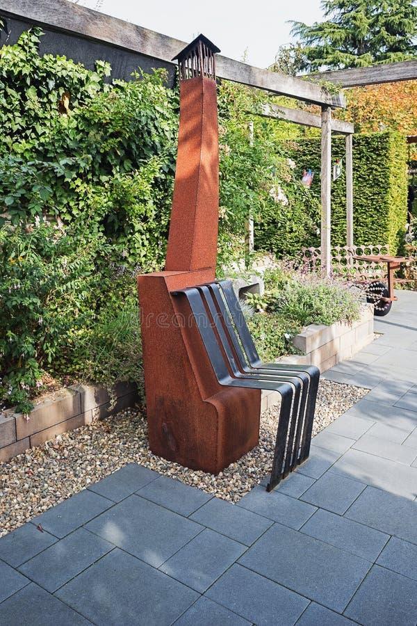 Roestige die tuinverwarmer met een metaalstoel aan het wordt gelast royalty-vrije stock afbeeldingen