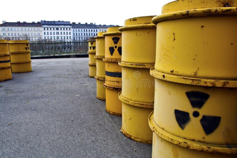 Roestige en oude vaten met radioactief afval stock afbeeldingen
