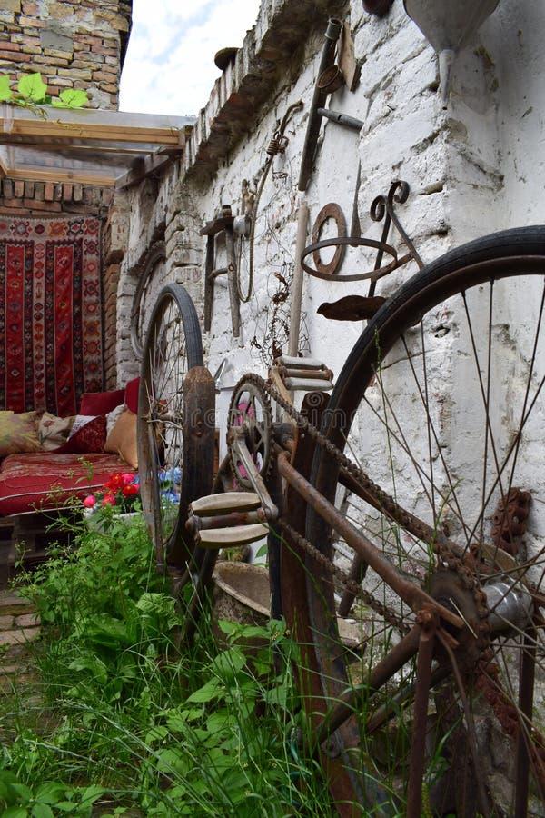 Roestige fietsbovenkant - neer royalty-vrije stock afbeeldingen