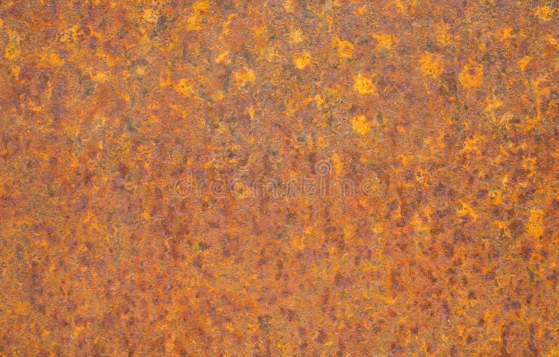 Roestige gele metaaloppervlakte Verzadigde sinaasappel, rood, grunge de roestige achtergrond van de metaaltextuur royalty-vrije stock fotografie
