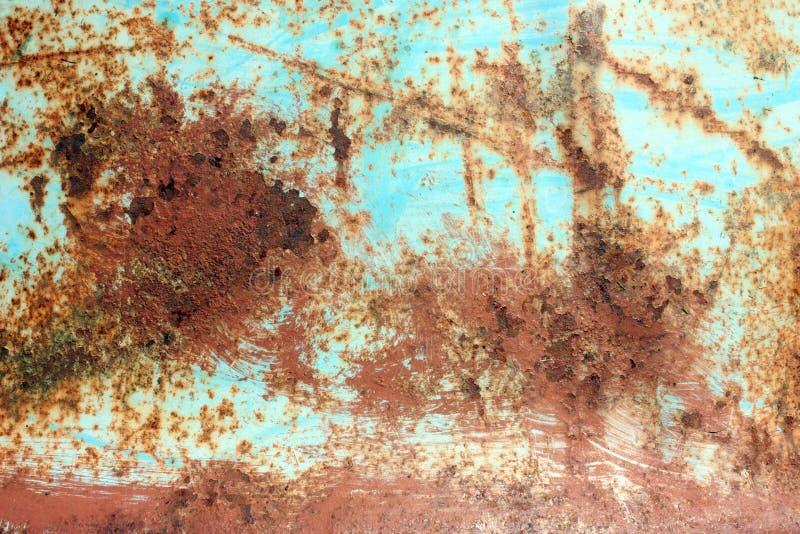 Roestige geschilderde metaaltextuur, oude ijzeroppervlakte met sjofele gebarsten verf en krassen, abstracte grungeachtergrond, ge stock afbeeldingen