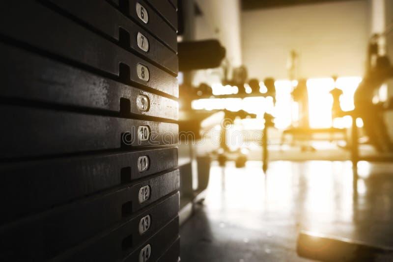 Roestige gewichtsstapel in een gymnastiekzonsopgang met exemplaarruimte royalty-vrije stock foto