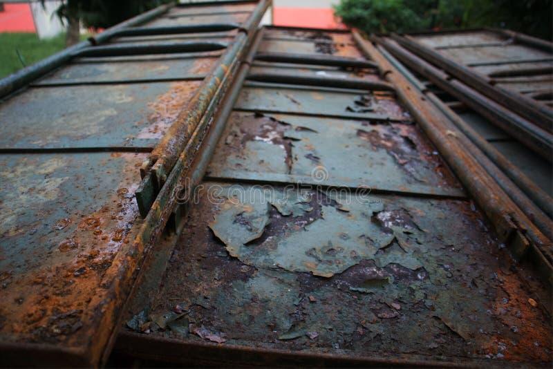Roestige ijzerdeur, poort, uitstekende metaaldeur, royalty-vrije stock foto's