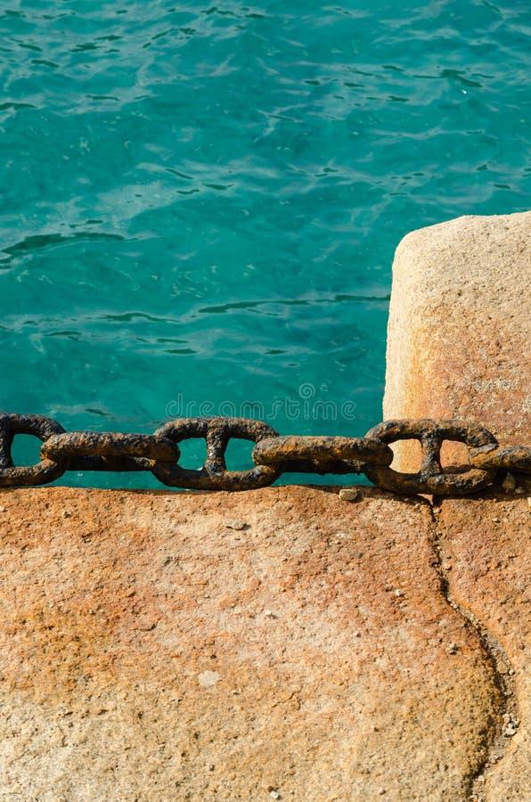 Roestige ketting op een dok, met de Middellandse Zee als achtergrond royalty-vrije stock foto's