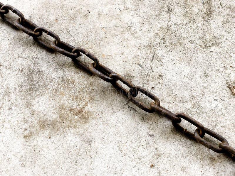 Roestige ketting op een rots royalty-vrije stock foto