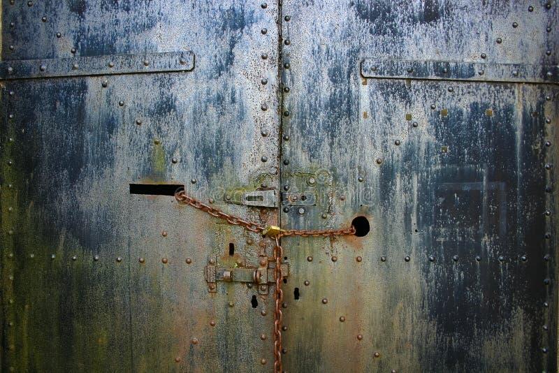 Roestige ketting, slot en staalarsenaaldeuren royalty-vrije stock fotografie