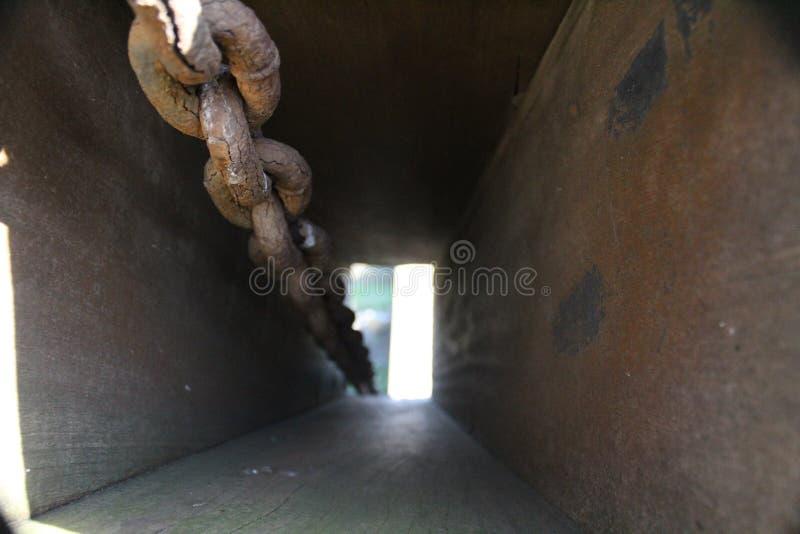 Roestige kettingen van een brughefboom stock afbeelding