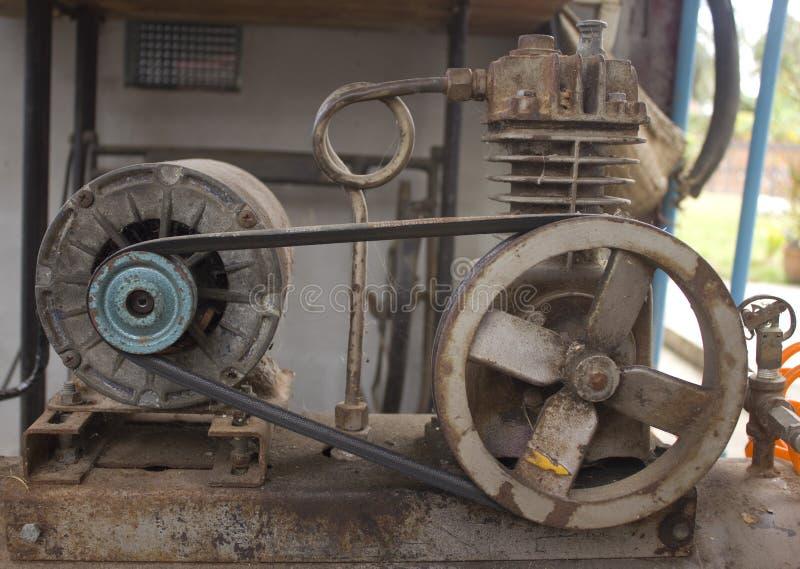 Roestige luchtcompressor stock afbeelding