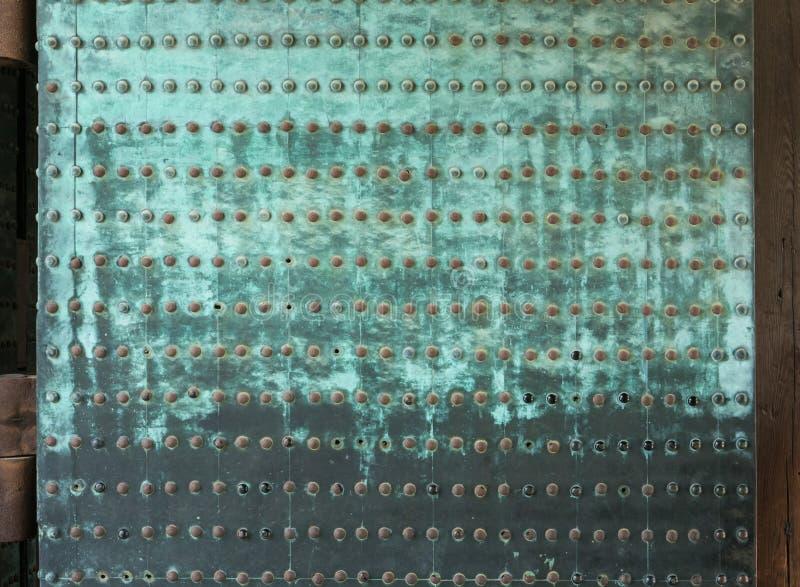Roestige metaal vastgenagelde platen op deuren in Nijo-Kasteel in Kyoto stock afbeelding