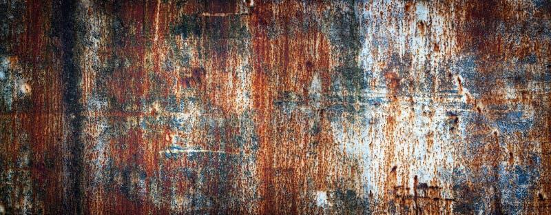 Roestige metaalmuur, oud die blad van ijzer met roest met multi-colored verf wordt behandeld royalty-vrije stock afbeeldingen