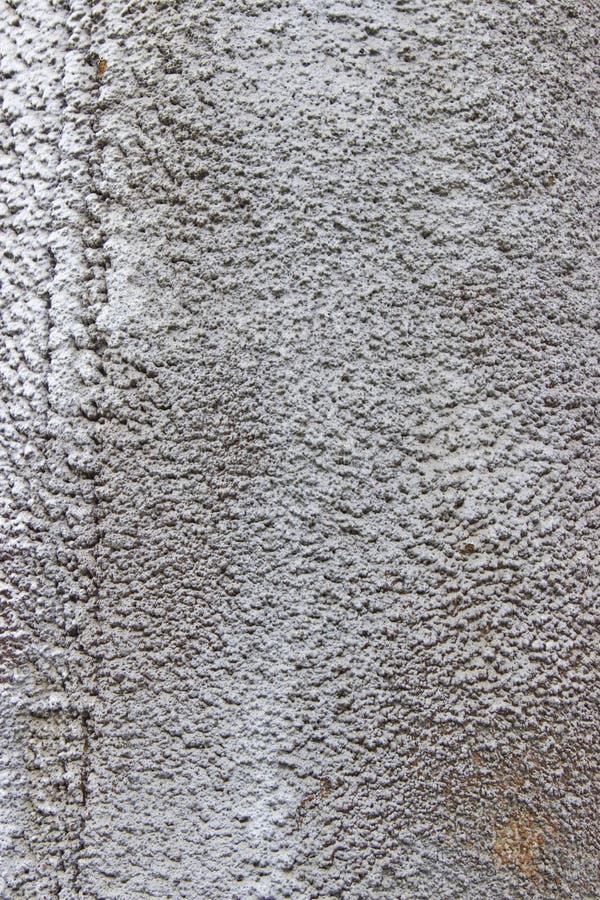 Roestige metaalpijp met de residu's van de hitteisolatie in natuurlijk licht stock fotografie