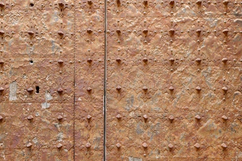 Roestige oppervlakte van een oude middeleeuwse kerkdeur royalty-vrije stock afbeelding