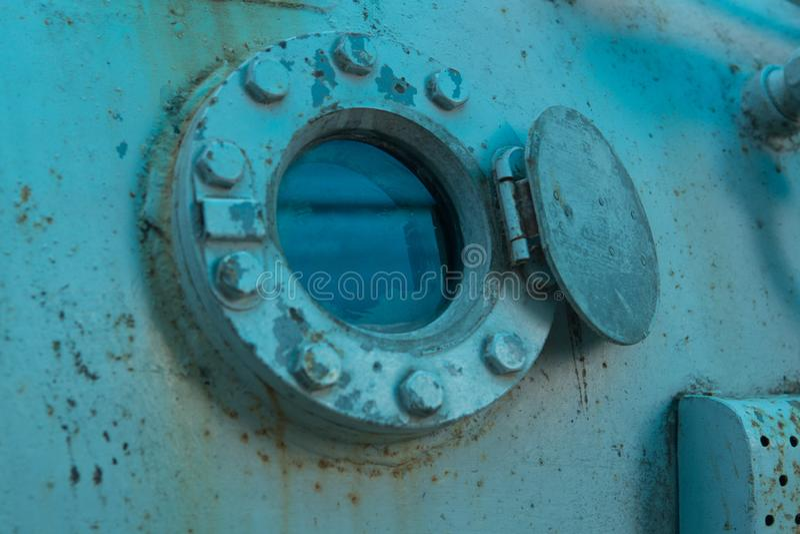 Roestige oude bathyscaphe met vensters als achtergrond stock foto's
