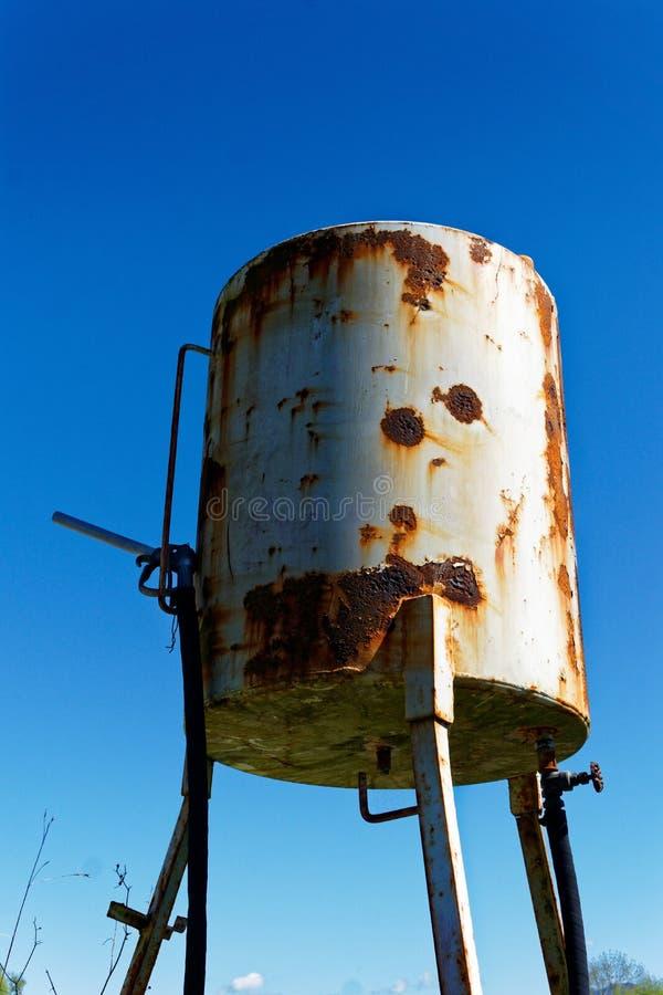 Roestige oude brandstoftank op een landbouwbedrijf royalty-vrije stock fotografie