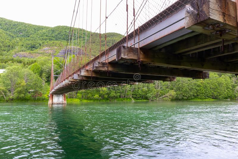 Roestige oude brug in nergens royalty-vrije stock afbeeldingen