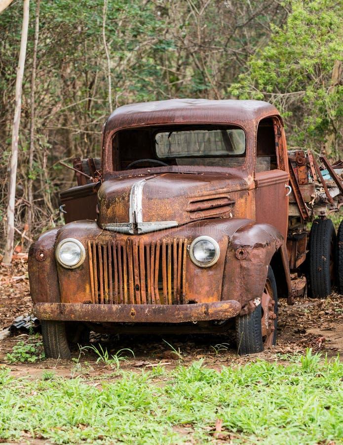 Roestige oude Ford-verlaten vrachtwagen royalty-vrije stock foto