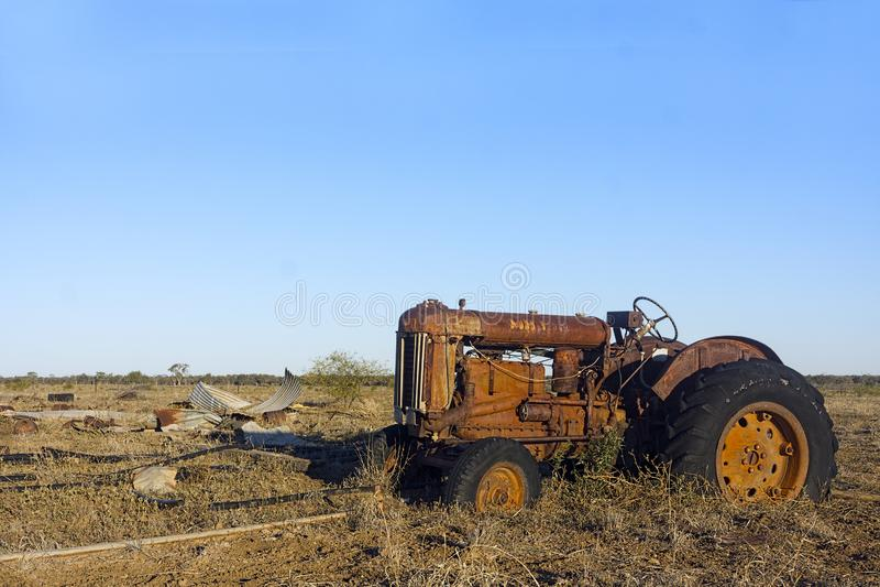 Roestige oude tractor verlaten verlaten stock fotografie