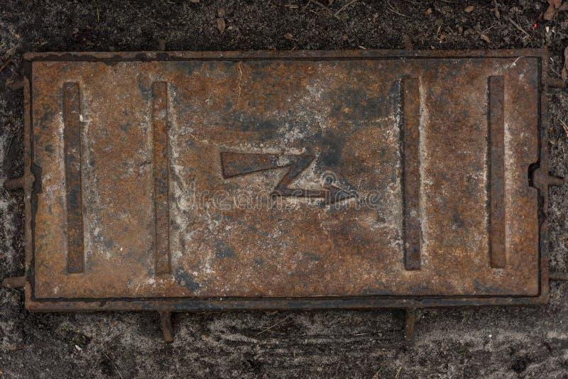 Roestige oude van het elektriciteitsmangat textuur als achtergrond stock fotografie