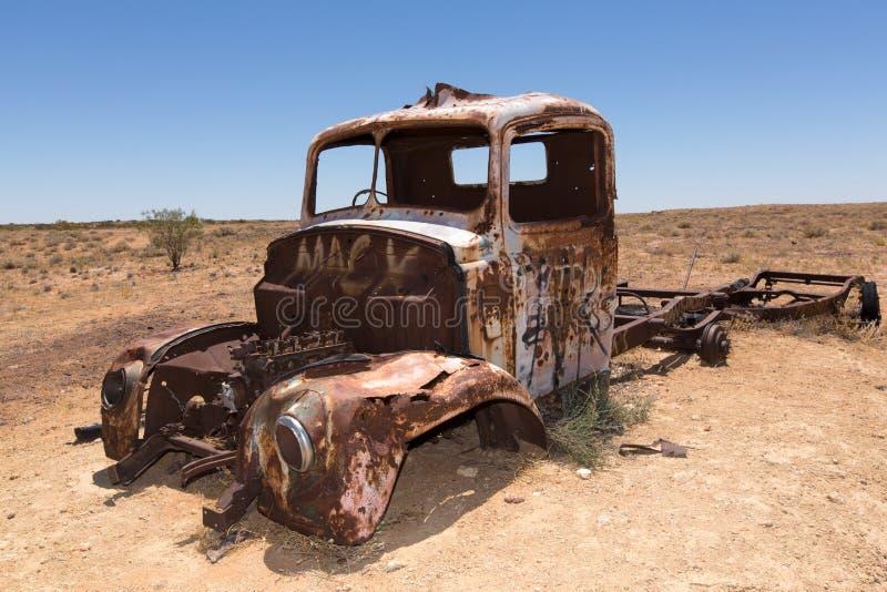 Roestige oude vrachtwagen in woestijn stock foto