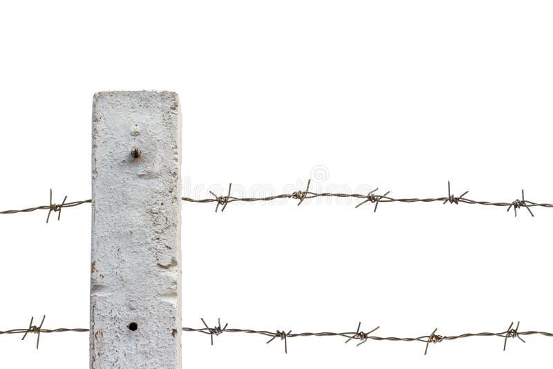 Roestige prikkeldraadomheining die op witte achtergrond wordt geïsoleerd stock foto's