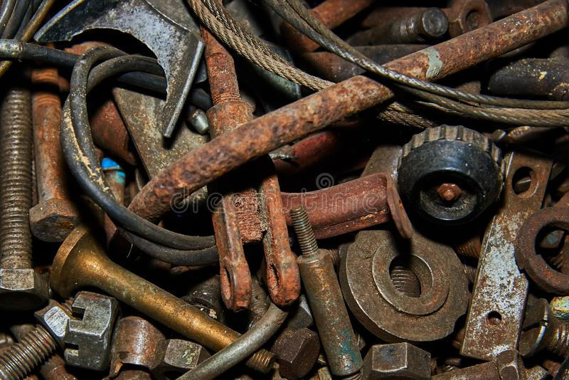 Roestige schroeven en hulpmiddelen in metaaldoos royalty-vrije stock afbeeldingen
