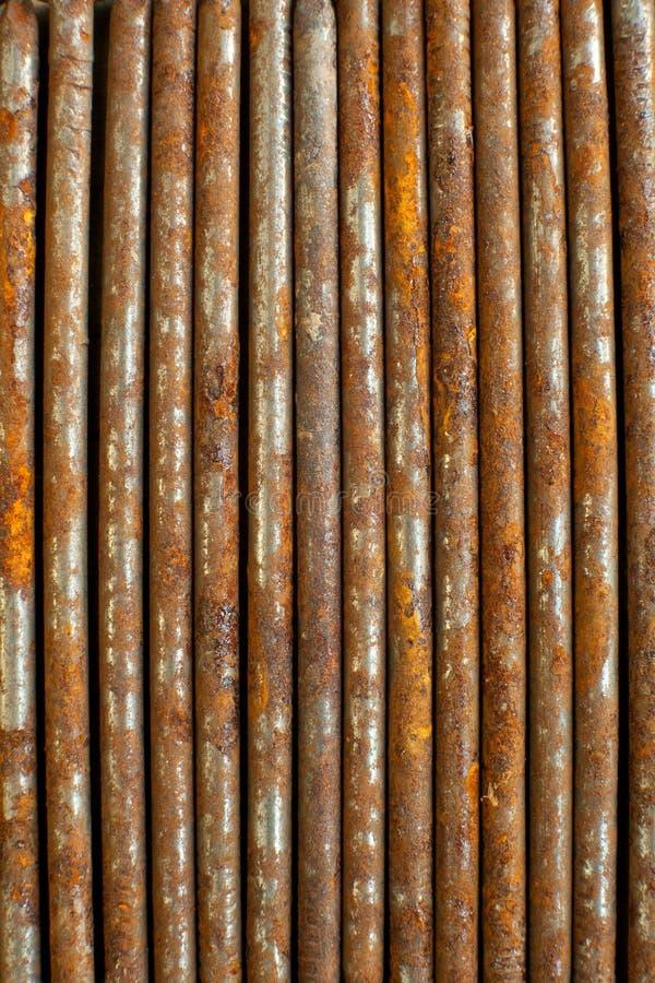 Roestige spijkers naast elkaar in Straatlijn royalty-vrije stock fotografie