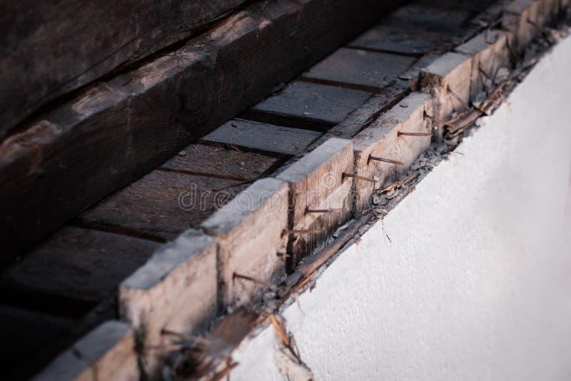 Roestige spijkers in oude houten muur, bouwconcept stock fotografie