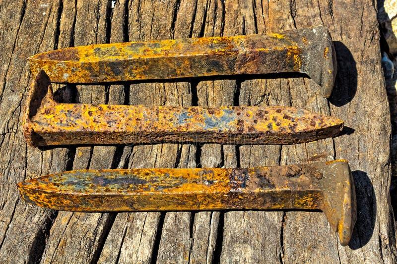 Roestige spoorwegaren die op grond in een stapel leggen stock foto's