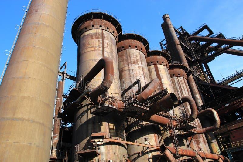 Roestige structuren van verlaten metallurgische installatie stock afbeelding