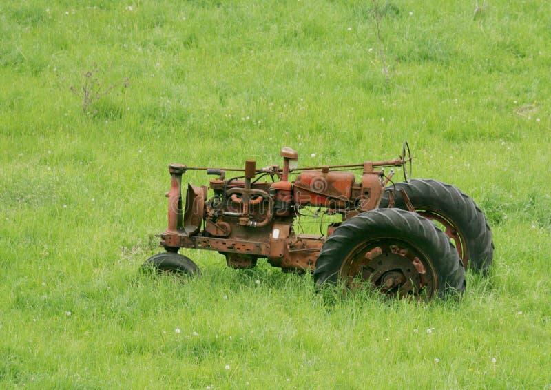 Roestige Tractor stock afbeeldingen