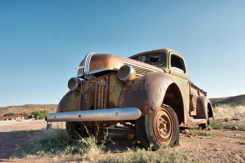 Roestige uitstekende auto in woestijn royalty-vrije stock foto